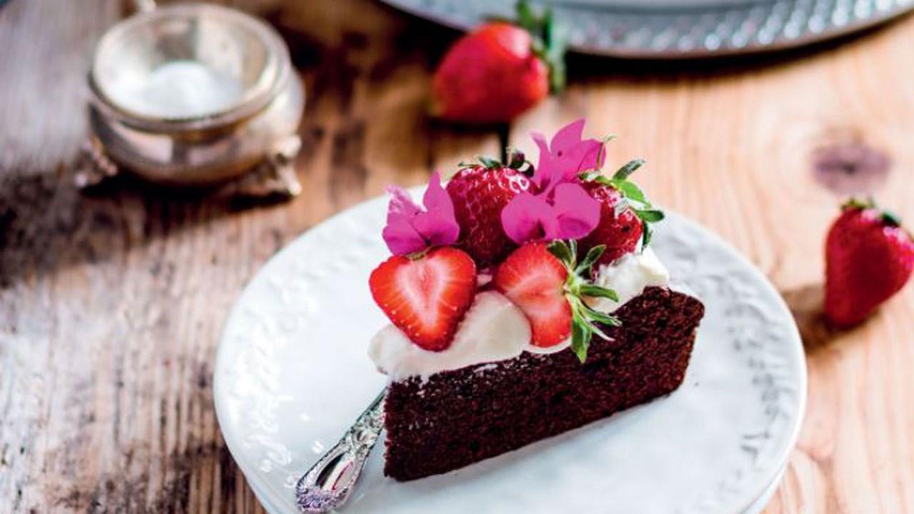 Kakaolu taze meyveli çay keki nasıl yapılır?