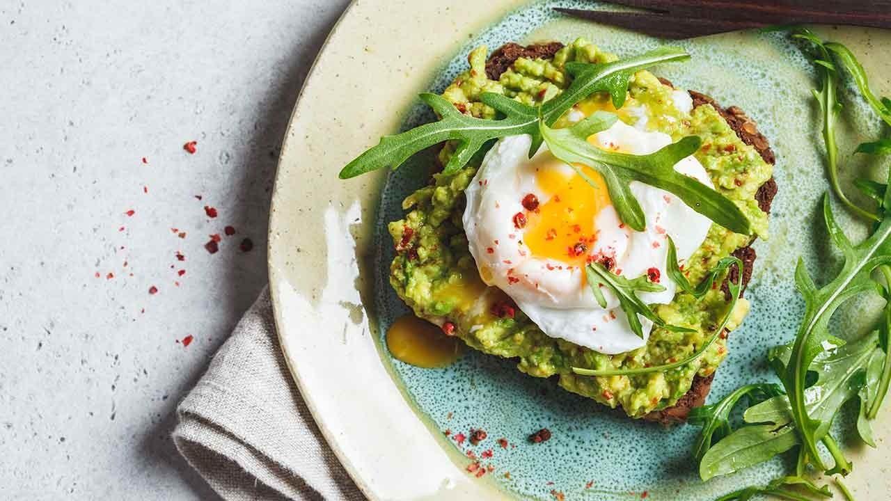 Hem diyet olsun hem doyurucu: Poşe yumurtalı avokado tost