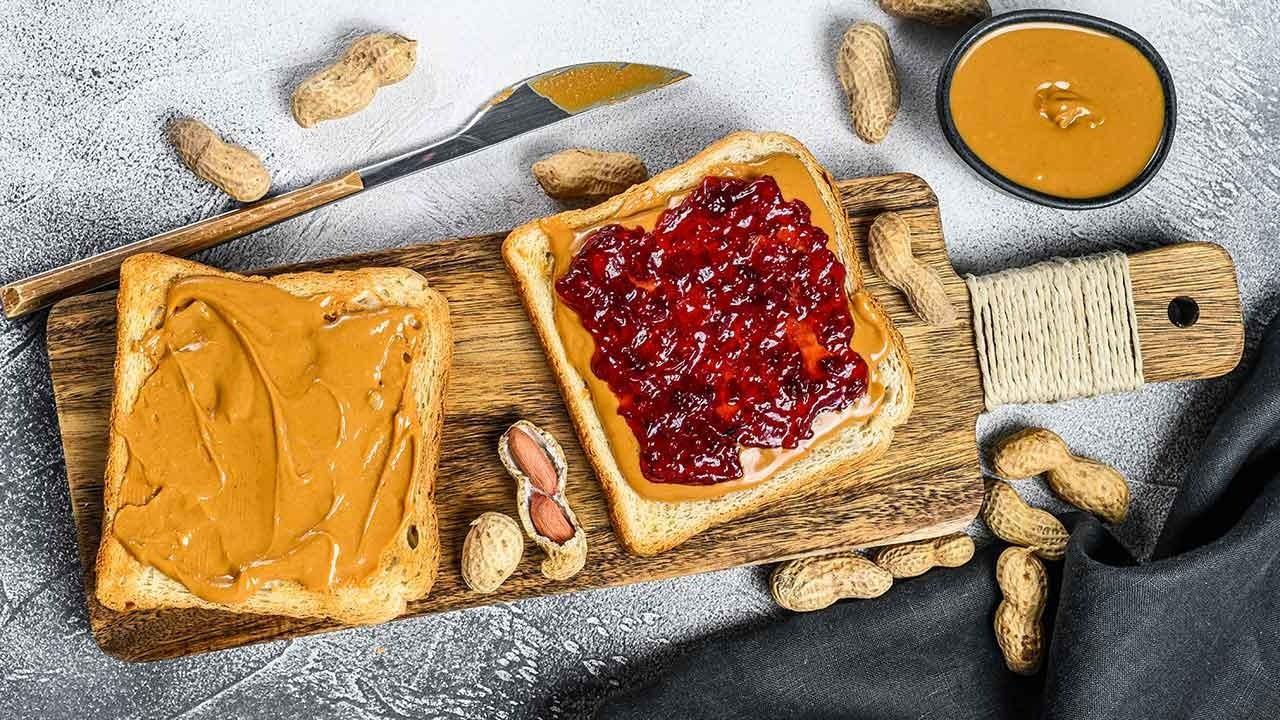 Tatlısız kahvaltı yapmayanlar: Ekmek üzeri fıstık ezmesi ve reçel