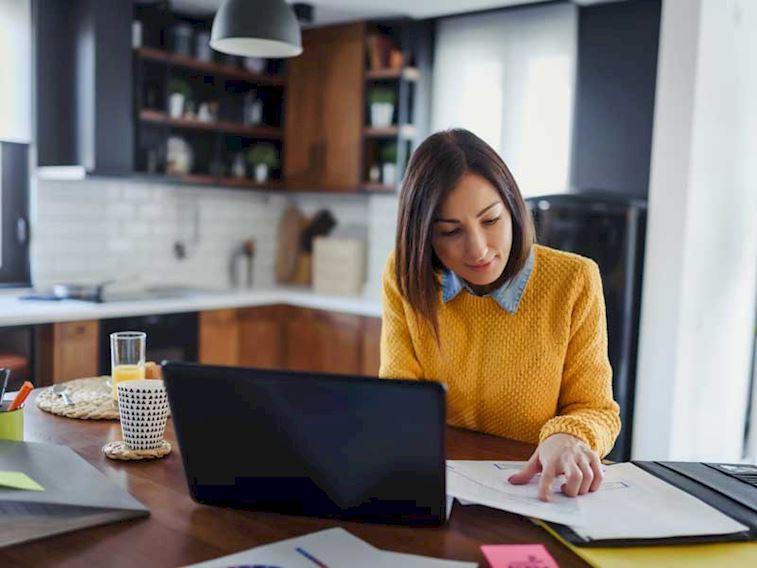 Evde Çalışırken Giyebileceğiniz Rahat ve Şık Kombinler