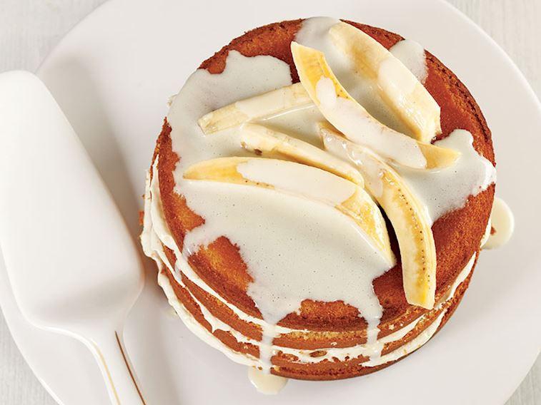Beyaz çikolata soslu ve muzlu kek