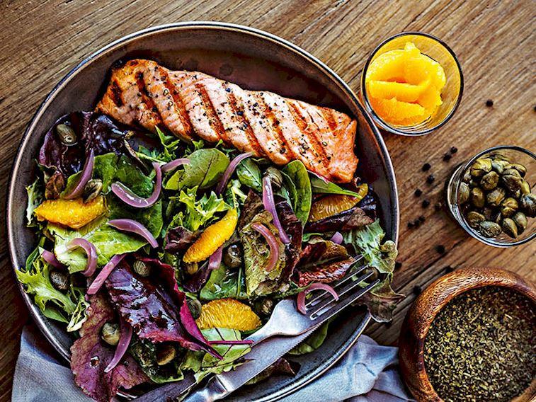 Izgara somon salatası