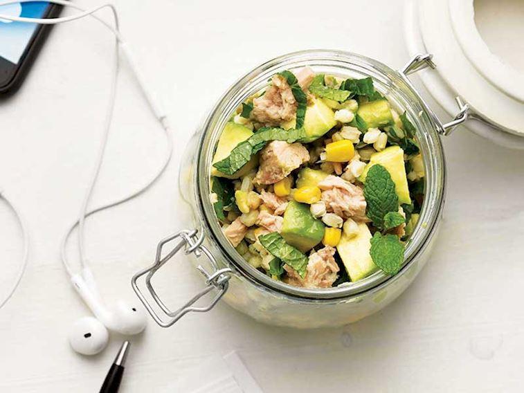 Avokadolu ve buğdaylı salata