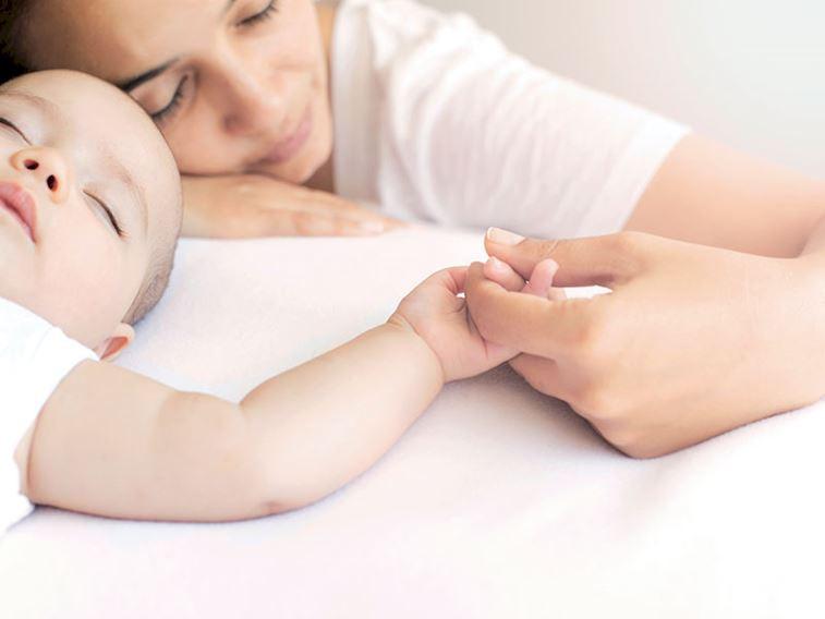 Bebeğiniz uykuya direniyor mu? Yaşlara göre uyku düzeni saatleri
