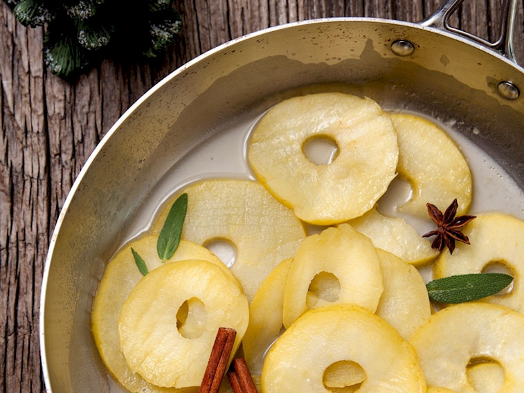 Baharatlı sarı elma dilimleri
